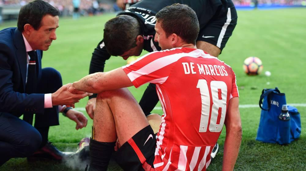 El jugador rojiblanco Óscar De Marcos tuvo que retirarse lesionado en el derbi vasco / Agencias